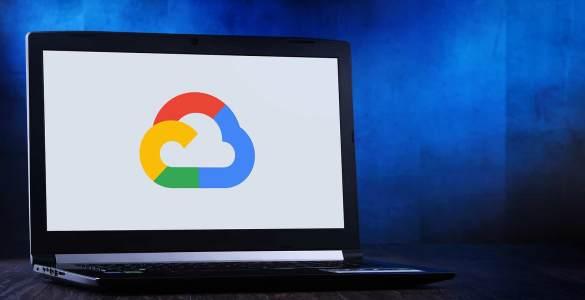 Computador com síbolo da Google Cloud