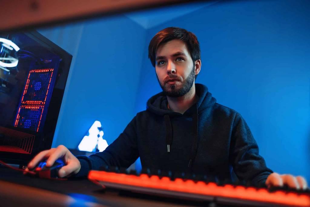 Homem jogando Call of Duty: Warzone