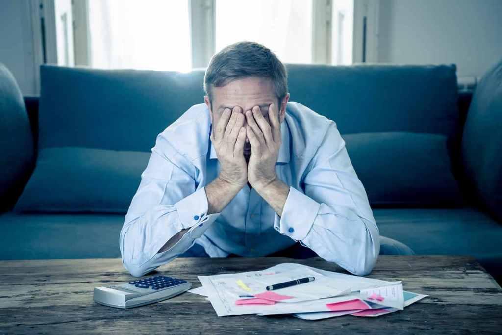 Homem desesperado com impostos