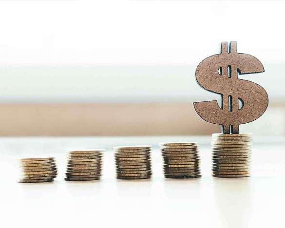 Salário mínimo dinheiro empilhado