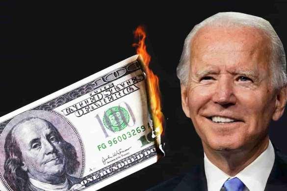Biden sorrindo e nota de dólar pegando fogo