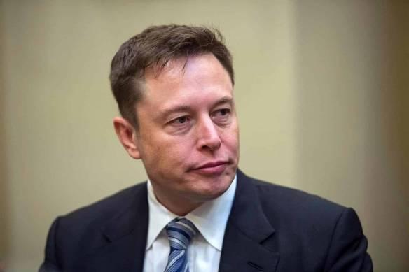 Elon Musk de terno e gravata