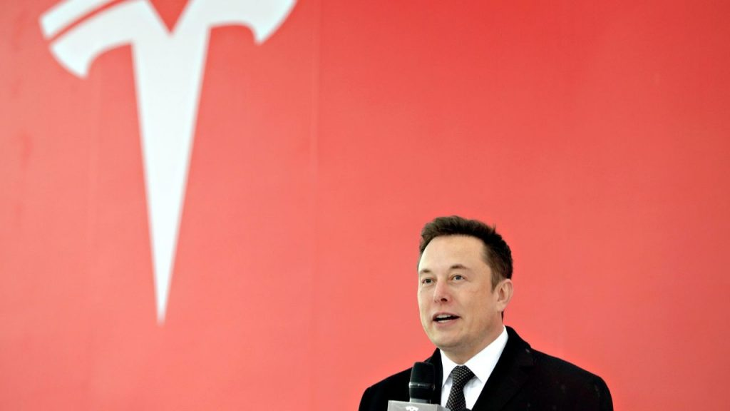 Elon Musk discursando em Shangai.