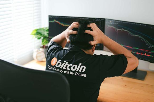 Bitcoin em queda, investidor desesperado