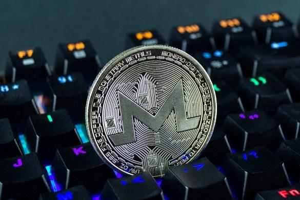 Criptomoeda Monero em formado de moeda no teclado