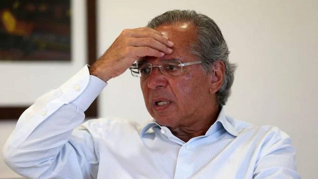 Paulo Guedes mão na cabeça