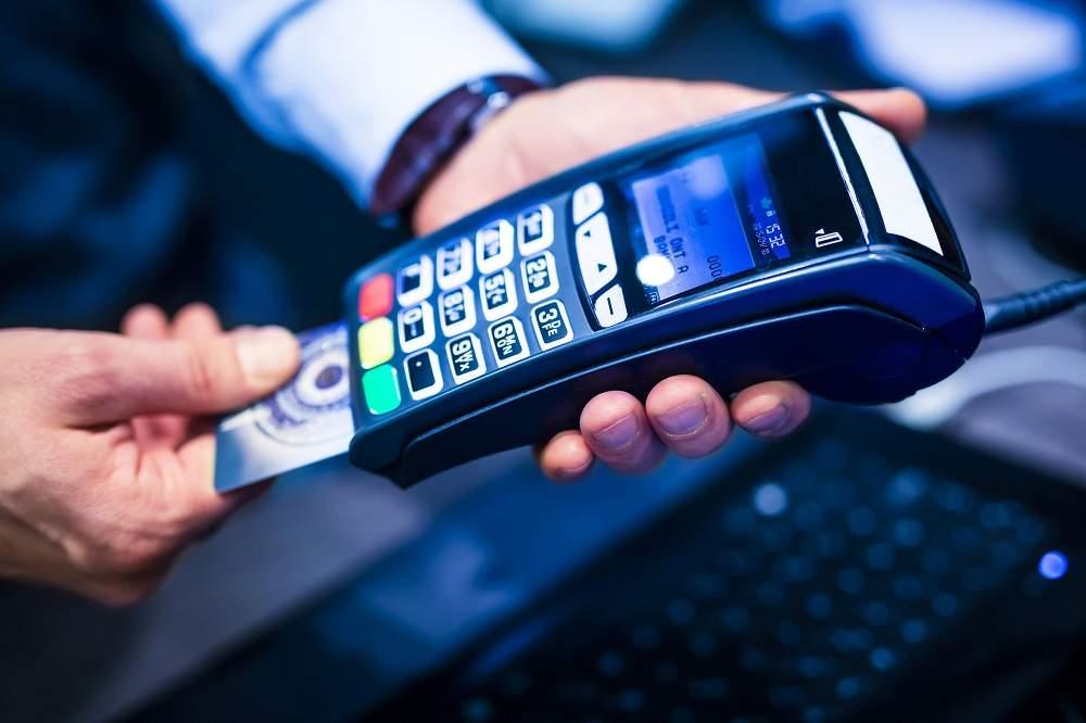 Imagem mostrando pagamento com cartão. a história do dinheiro